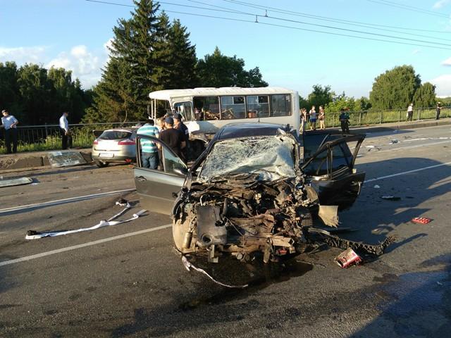При столкновении автобуса и 3-х авто вКостроме пострадали 18 человек