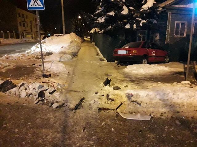 В Костроме молодой человек выехал на перекрёсток и улетел в забор , фото-3