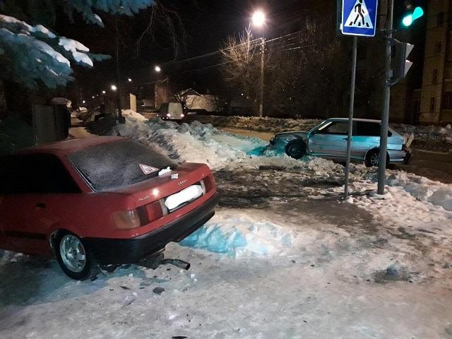 В Костроме молодой человек выехал на перекрёсток и улетел в забор , фото-1