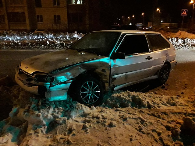В Костроме молодой человек выехал на перекрёсток и улетел в забор , фото-2