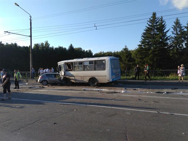 Появилось видео сместа ДТП вКостроме, вкотором пострадали 20 человек