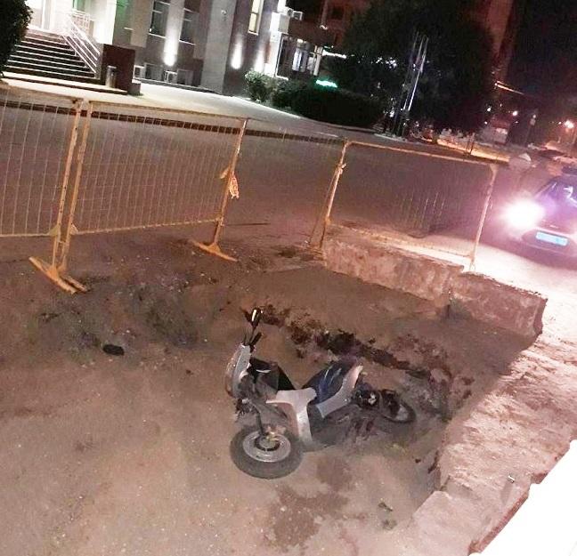 В яму, раскопанную газовиками, провалился 26-летний скутерист, фото-2