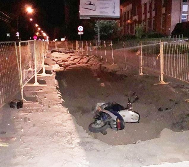 В яму, раскопанную газовиками, провалился 26-летний скутерист, фото-1