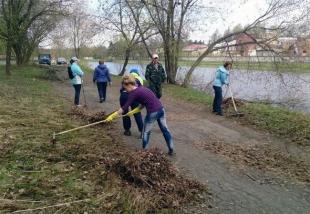 В Костроме продолжают очищать берега и водоемы от мусора