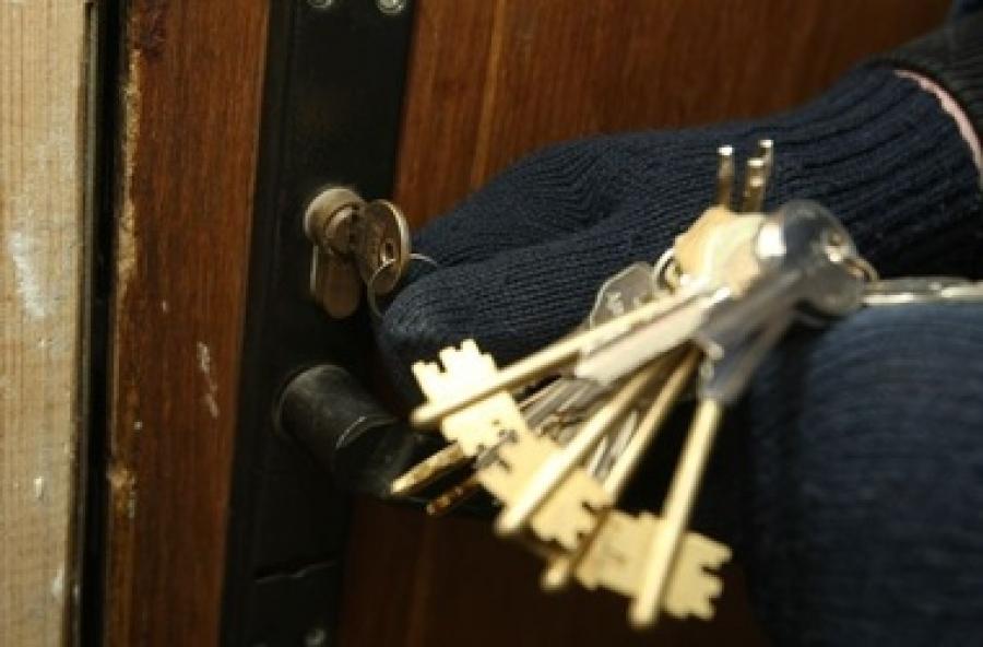 Рецидивист ограбил своих соседей, открыв дверь их же ключами.