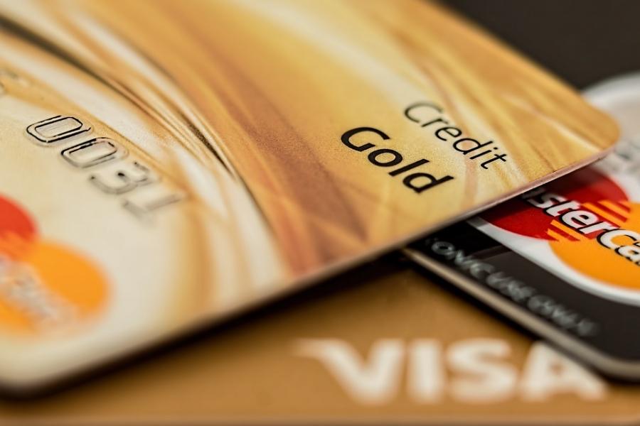 Банк РФ отмечает рост популярности платежных карт среди россиян
