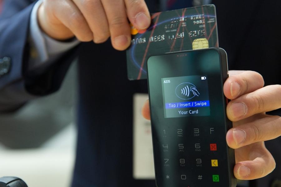 Калужане стали расплачиваться банковскими картами на34% чаще, чем в2014-м году